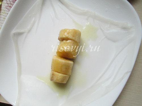 Кладем начинку на рисовую бумагу