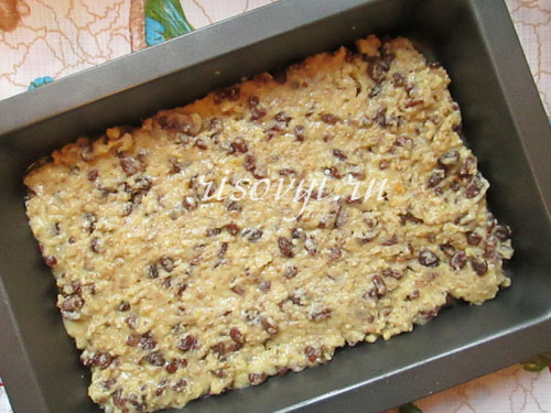 Выкладываем в форму тесто для безглютеновой выпечки
