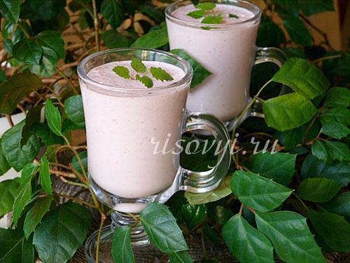 Молочный коктейль с мороженым в блендере