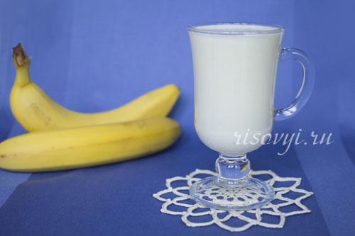 Молочный коктейль с бананом в блендере