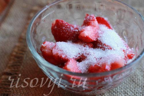 Клубника со сметаной и сахаром
