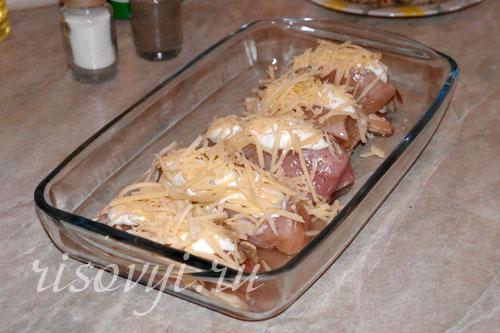 Курица с грибами и сыром, запеченная в духовке