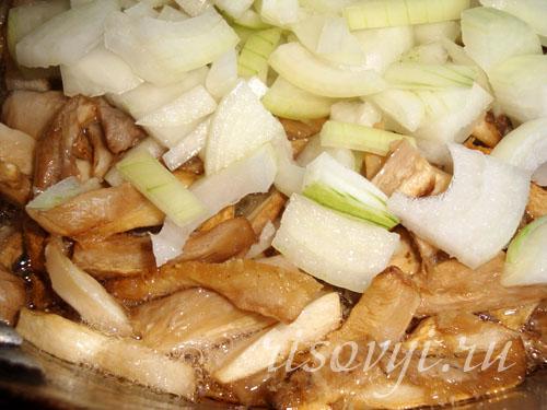 Стушить грибы с луком