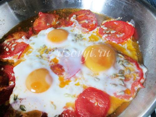 Как сделать яичницу с помидорами и с луком