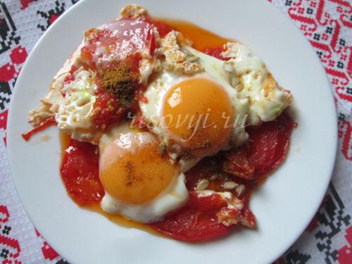 Как приготовить яичницу с помидорами: рецепт с фото